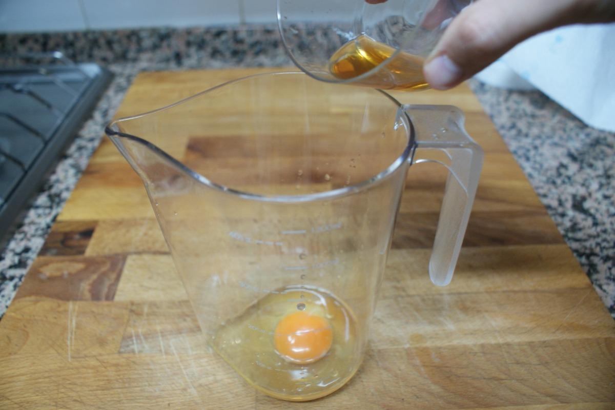 Introduce el vinagre para hacer la mahonesa